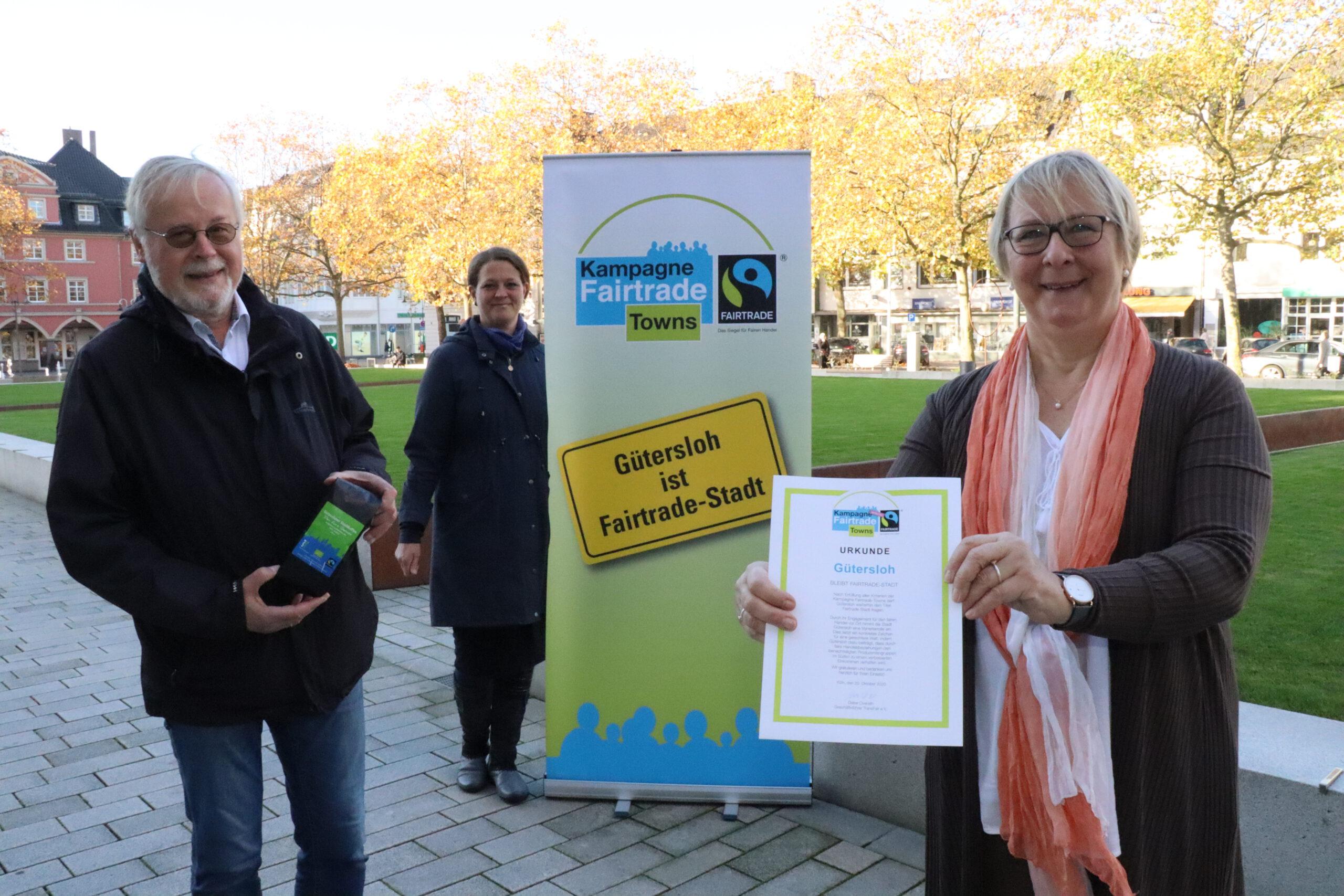 Freude über die erneute Auszeichnung als Fairtrade-Stadt: (von links) Ludger Klein-Ridder (Verein Attac, Regionalgruppe Gütersloh) sowie Sonja Wolters und Gisela Kuhlmann vom städtischen Fachbereich Umweltschutz, wo die Aktivitäten für Gütersloh koordiniert werden.