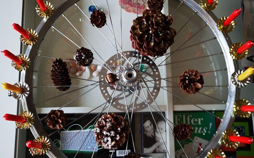 Weihnachtskranz aus einem Speichenrad
